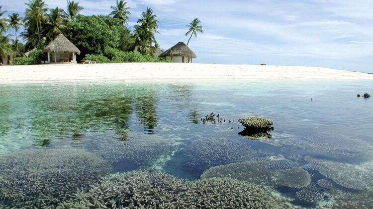 Fluctuating sea level of the oceans - tidal phenomenon: Kandholhudhoo, Ari Atoll, Maldives