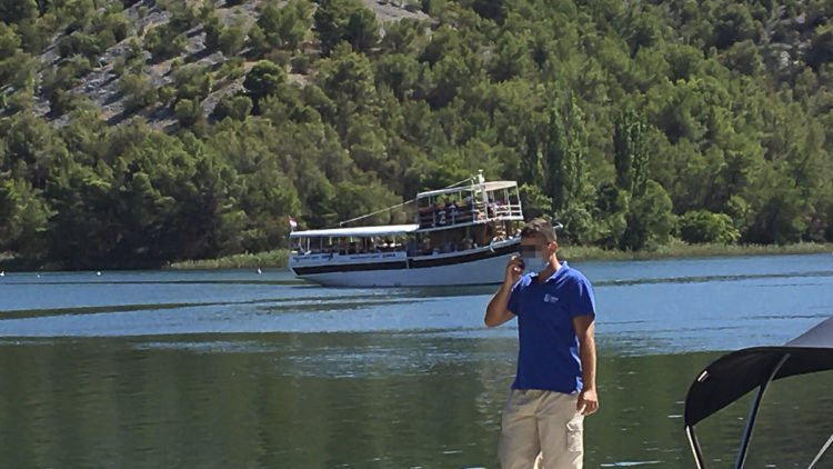 Travel warning Croatia: People crowded together on excursion boats at the Kraka Falls