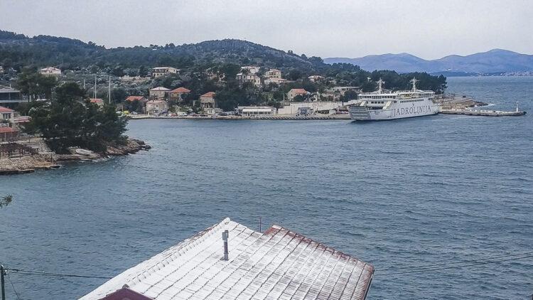 Weather Croatia: snowfall in Solta in Dalmatia, ferry Jadrolinija in snowfall