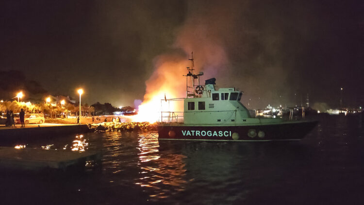 Major fire in Marina Kastela: deployment of the marina's fire-fighting boat