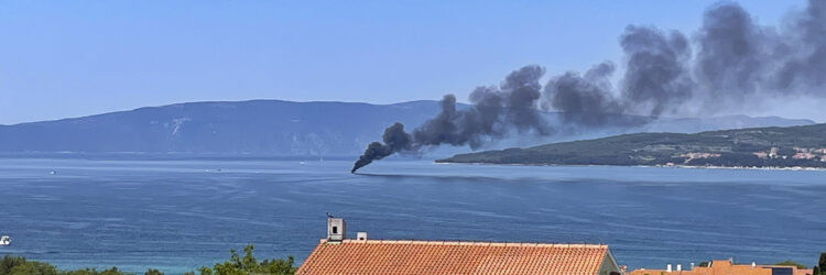 Yacht Bayliner 29 in flames off the island of Krk in Croatia: Visible from afar, the column of smoke from the fire