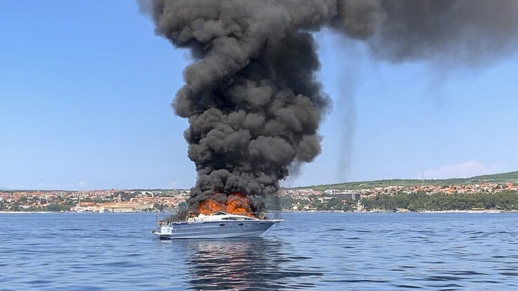 Yacht Bayliner 29 in flames off the island of Krk in Croatia: No personal injury caused by the fire