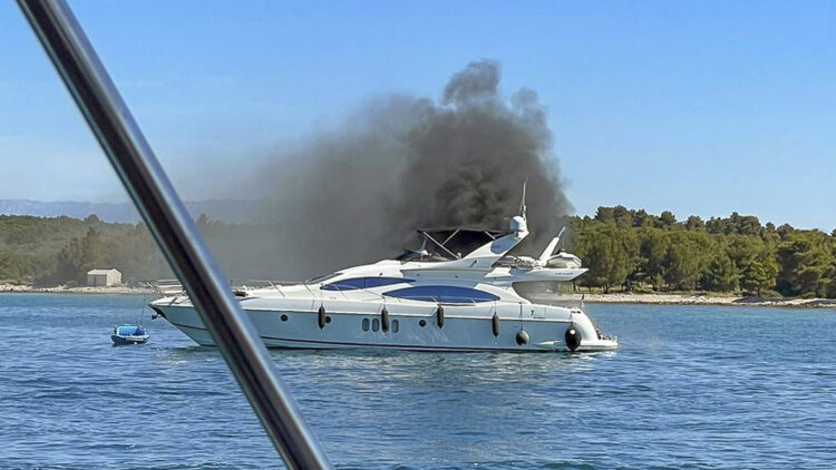 H.C. Strache on board a burning yacht (Azimut 68 Fly): Fire could not be extinguished with on-board means