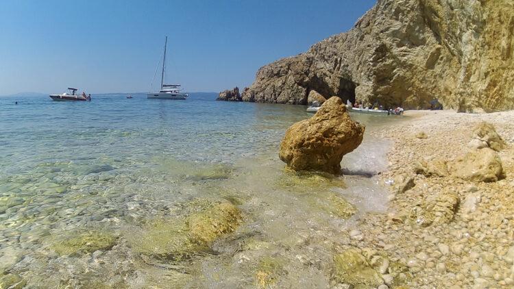 Kvarner cruise: rock face of Plaža Zlatna Obala with fine gravel
