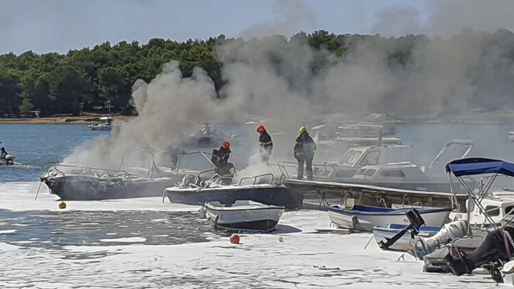 Several boats many a fire / fire in Medulin town harbor z