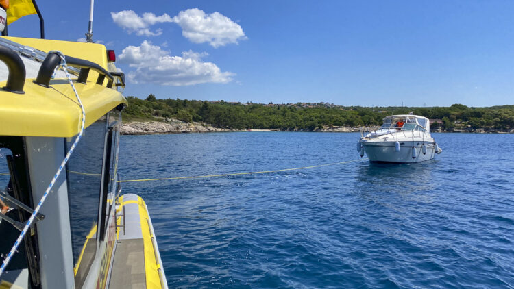 Emergency / Breakdown with boat / yacht on the water: how do I behave properly on board?