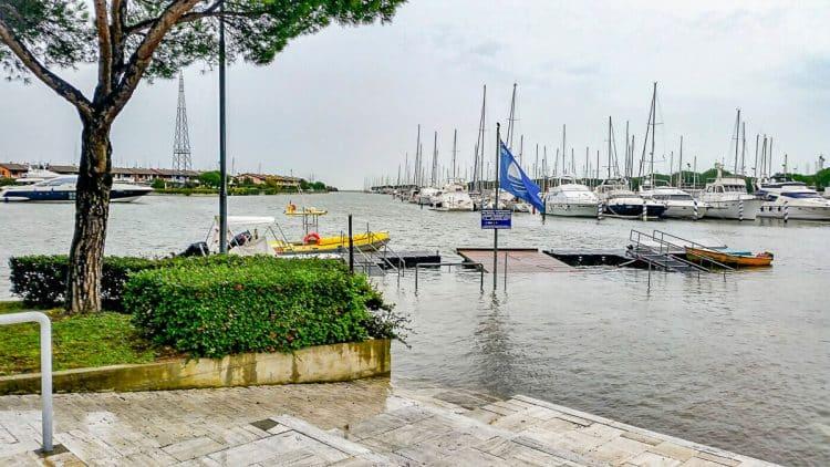 Italien - Lignano Hochwasser Steg