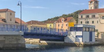 Kroatien Insel Murter: Brücke Tisno morgens nicht mehr geöffnet.