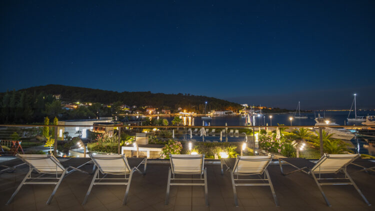 Olive Island Marina: Auf der Terrasse den Sternenhimmel genießen