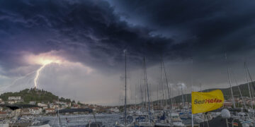 Storm with thunderstorm from sea: What to consider on board