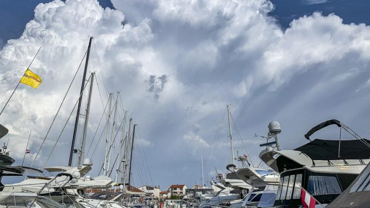 Unwetter mit Gewitter aus See: Cumulonimbus-Wolken