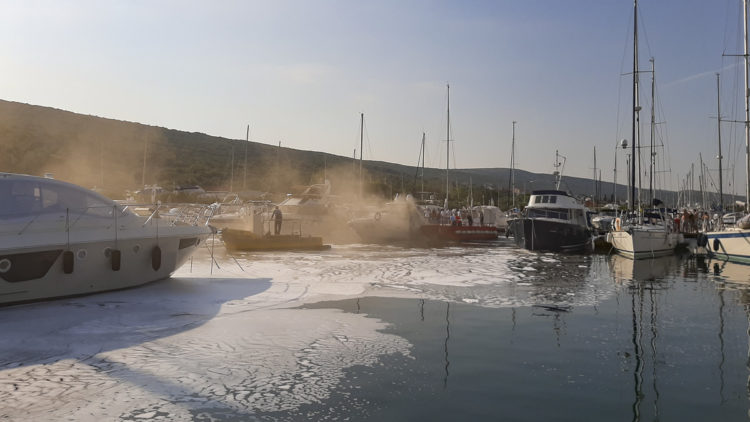 Brand Marina Punat Kroatien: Feuer an Bord einer Yacht