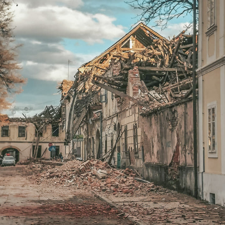 Earthquake Croatia in the region Petrinja / Sisak: Collapsed roofs and walls