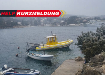 Wetter Kroatien: Schneefall in Solta in Dalmatien. SeaHelp Einsatzboot leicht von Schnee bedeckt