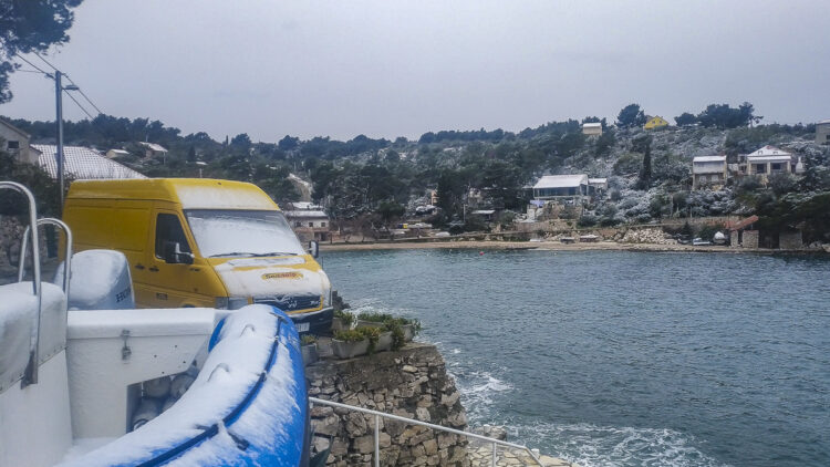 Wetter Kroatien: Schneefall in Solta in Dalmatien, Eiskratzen angesagt
