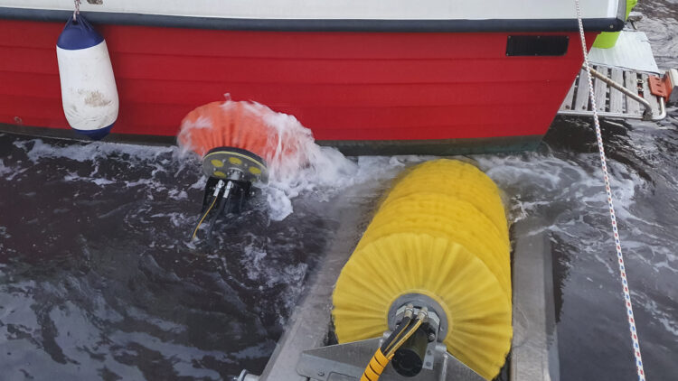 Clean Blue / Boatwash: Reinigungsanlage für Bootsrümpfe, schonende Reinigung mit Bürsten