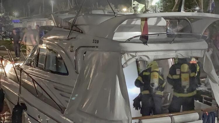 Feuer Marina Punat auf der Insel Krk / Kroatien: Brand auf einer Yacht, Feuerwehr mir Atemschutz vor Ort