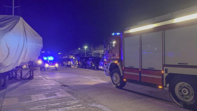 Feuer Marina Punat auf der Insel Krk / Kroatien: Brand auf einer Yacht, umliegende Feuerwehren drücken an.