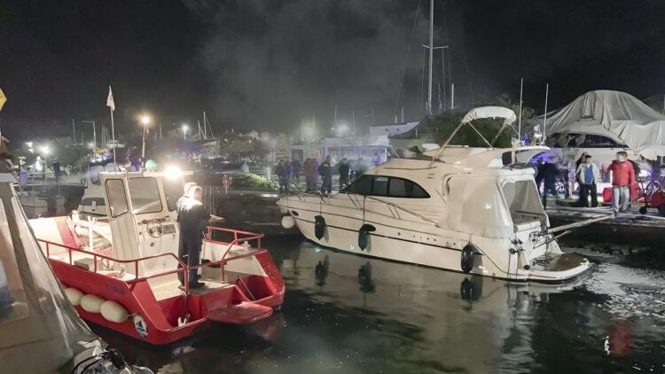 Feuer Marina Punat auf der Insel Krk / Kroatien: Brand auf einer Yacht.