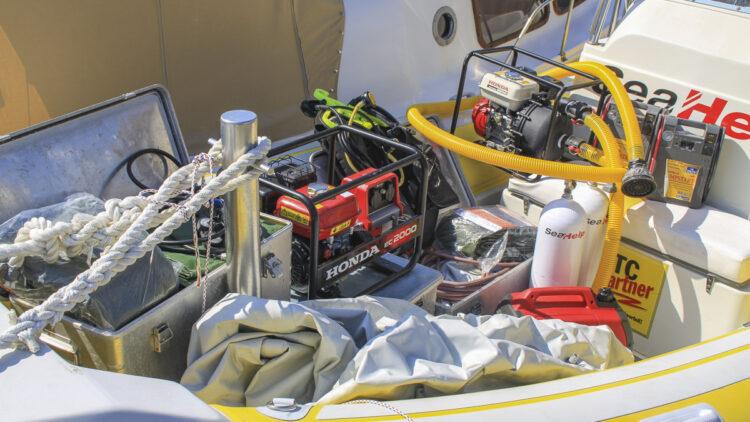 Viel Ausrüstung an Bord: SeaHelp Einsatzboote haben für viele Pannen die richtige Ausrüstung schon dabei auch fürs abschleppen, oder einen Schlepp in die nächste Marine.
