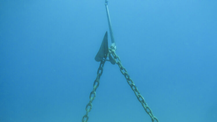 SeaHelp service anchor ropes free for members: Anchor gets caught in mooring chain