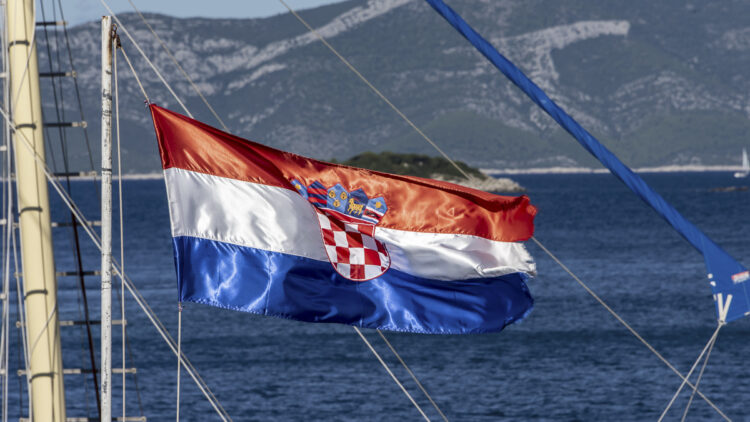 SeaHelp-Tipp: Flagge, Flaggenführung – was beim Charter-Törn beachtet werden sollte