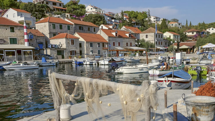 Cruise Croatia: Port Maslinica on the island of Solta