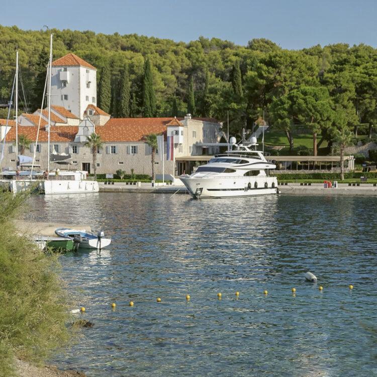 Törn Kroatien: Schloss, Turm, Restaurant und Marina von Martinis Marchi