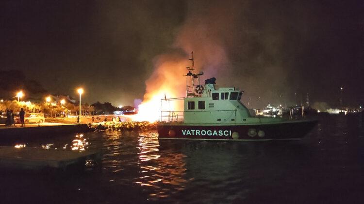 Großbrand in Marina Kastela: Einsatz des Feuerlöschbootes der Marina