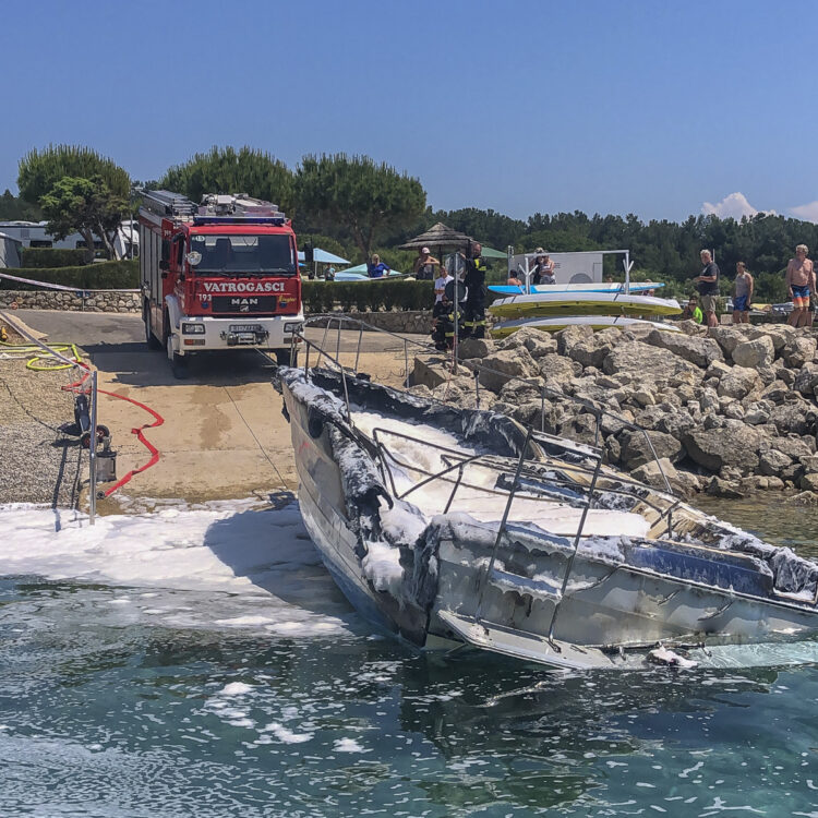 Yacht Bayliner 29 vor der Insel Krk in Kroatien in Flammen: