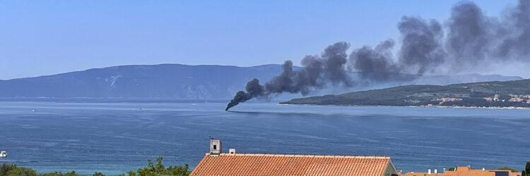 Yacht Bayliner 29 vor der Insel Krk in Kroatien in Flammen: Von weitem zu sehen, die Rauchsäule des Brandes