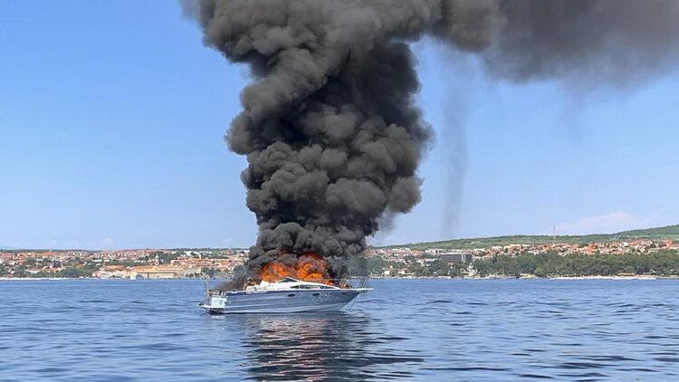Yacht Bayliner 29 vor der Insel Krk in Kroatien in Flammen: Kein Personenschaden durch den Brand