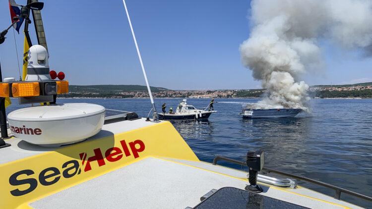 Yacht Bayliner 29 vor der Insel Krk in Kroatien in Flammen: Beim Feuer / Brand entstand nur Sachschaden