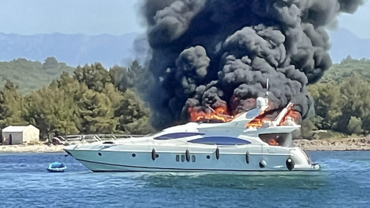 H.C. Strache on board a burning yacht (Azimut 68 Fly): The fire spread