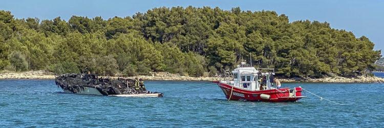 H.C. Strache an Bord einer brennenden Yacht (Azimut 68 Fly): Frack der Yacht von der Feuerwehr gesichert