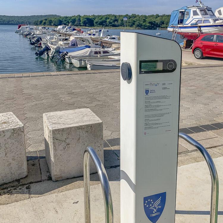 Ladestationen in der Marina Medulin gibt es den Strom direkt am Wasser.