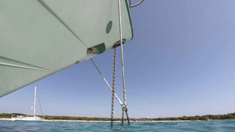 Anchoring: 10 tips for the perfect anchor maneuver | anchor chain on the bow of the yacht