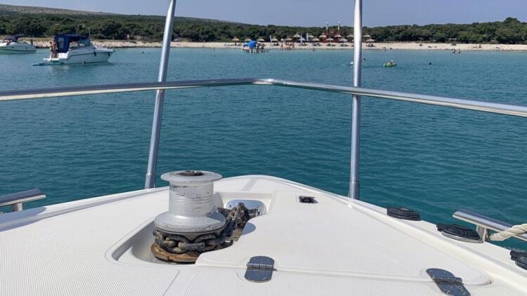 Ankern: 10 Tipps für das perfekte Ankermanöver   Ankerwinde am Bug der Yacht