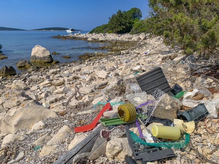 Plastikflut im Meer: Plastikmüll am Strand