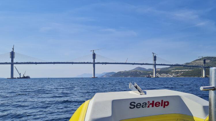 Wassereinbruch / Wassereintritt auf Yacht und Boot: Abschleppen bei der Brücke Peljesac bei Mali Ston