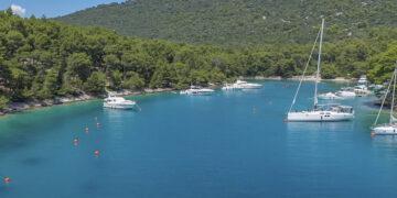 Bojenfeld und Ankerbucht Krivica auf der Insel Losinj in Kroatien