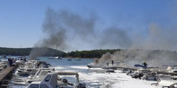 Mehrere Boote vielen einem Brand / Feuer im Stadthafen Medulin z
