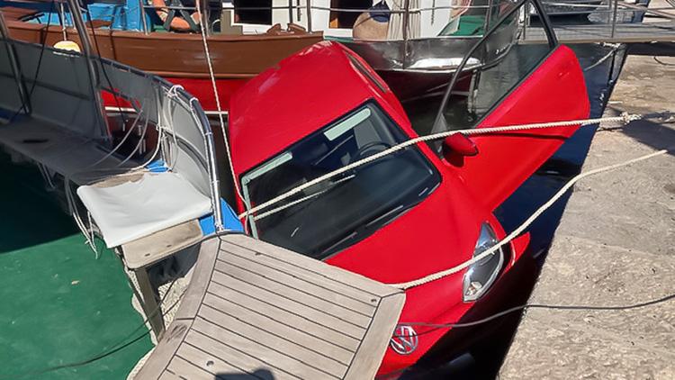 City port Punat: VW-up driven into the harbor basin